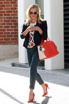 Reese Witherspoon trägt eine Sonnenbrille von Westward Leaning und eine Tasche von Maiyet