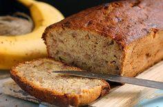 Банановый хлеб | Потрясающе нежный банановый хлеб, с интересной корочкой снаружи и мягкой начинкой. Безумно ароматный и исчезающий за минуты.  Готовится он, кстати, очень быстро.