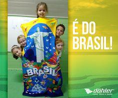 Em Joinville, os pequenos do projeto bilíngue da CEI Micherrot prepararam um kit com vários objetos do Brasil para serem enviados para as crianças da Inglaterra. Sabe qual foi um dos presentes? A toalha da Döhler Têxtil!