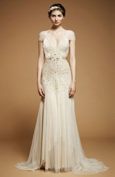 Aqui estão lindos vestidos inspirados nos anos 20, muito luxo.                                                           qual é o seu prefe...