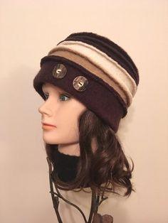 Chapeau en laine bouillie pour femme, tons de bruns. Laine bouillie 100% récupérée ornée de boutons vintage. Original, confortable, unique