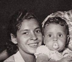 A Filha de Virgulino Ferreira de nome Expedita com Vera Ferreira, ainda bebe, neta de Lampião.