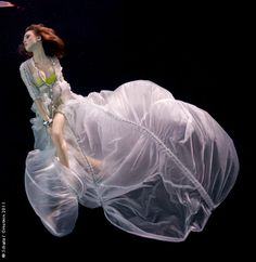 Find the latest shows, biography, and artworks for sale by Howard Schatz. Originally trained as a retina specialist at John Hopkins University, Howard Schatz… Underwater Pictures, Underwater Photos, Underwater World, Underwater Photography, Under The Water, Color Photography, Amazing Photography, Fashion Photography, Splash Photography