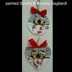 'vogelkaka' painted rocks birds on driftwood jl – ArtofitArts And Crafts creative ideas for stones painted in Christmas mood!Rock Painted Owls In Love Unique Paintings por RobertoRizzoArtFind out about Homemade Christmas Gifts Stone Crafts, Rock Crafts, Christmas Crafts, Christmas Decorations, Christmas Ornaments, Painted Ornaments, Painted Jars, Pebble Painting, Pebble Art