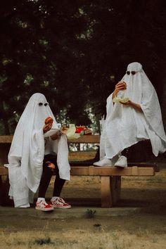 Ghost Photography, Halloween Photography, Creative Photography, Photography Poses, Cute Friend Pictures, Friend Photos, Halloween Fotos, Illustration Photo, Shotting Photo