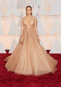 Jennifer Lopez se vestiu de diva do Oscar com vestido volumoso de gala de Ellie Saab.