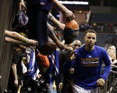 Stephen Curry's pregame routine draws a crowd