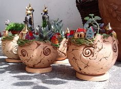 Pflanztöpfchen aus Ton Clay Houses, Plant Holders, Miniture Things, Flower Pots, Flowers, Garden Art, Flower Designs, Planter Pots, Arts And Crafts