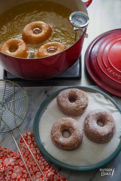 Iedere vierde van de maand bak ik één van jullie verzoeknummers in Rutger bakt wat jij wilt! Vorige maand zijn er heel veel verzoekjes binnengekomen voor een lekker donutrecept. Dus deze maand bak ik speciaal voor jullie dus één van mijn favoriete baksels: Donuts! Het recept is afkomstig uit mijn Bakbijbel, waar nog veel meer lekkere recepten in staan. Het leuke van dit donutrecept is dat je de donuts op verschillende manieren af kunt maken. Haal ze na het bakken door de kaneelsuiker, doop…