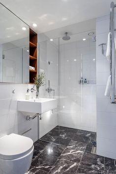 30 Best Small Full Bathroom Design Ideas to Inspire You - Marble Bathroom Dreams Attic Bathroom, Bathroom Layout, Modern Bathroom Design, Bathroom Interior Design, Bathroom Ideas, Bathroom Organization, Master Bathrooms, Bathroom Mirrors, Bathroom Cabinets