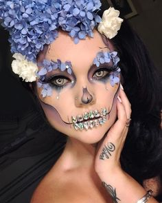 Are you looking for inspiration for your Halloween make-up? Browse around this site for cute Halloween makeup looks. Visage Halloween, Halloween Kunst, Up Halloween, Halloween Tattoo, Pretty Halloween Costumes, Pretty Costume, Halloween Flowers, Halloween Tutorial, Halloween Skeletons