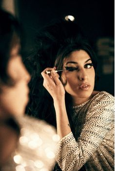 Amy Winehouse applying her makeup