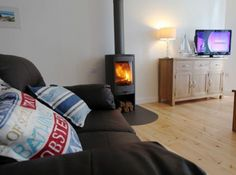 The Contura 810 looks beautiful in this setting, installed by Kernow Fires.   #contura #freestanding #fire #stove #wood #burner #log #store #hearth #modern #contemporary #living #room #lounge #kernowfires #wadebridge #redruth #cornwall