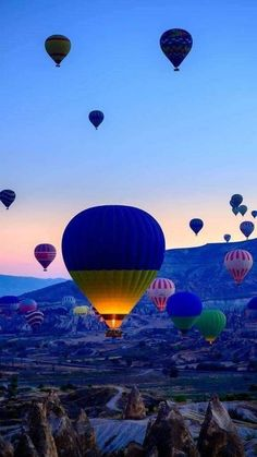 Explore amazing art and photography and share your own visual inspiration! Beautiful Sunset Pictures, Nature Pictures, Cool Pictures, Air Balloon Rides, Hot Air Balloon, Balloon Race, Ballons Fotografie, Balloons Photography, Air Ballon