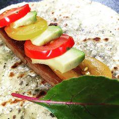 On vous dévoiles les premières photos de la nouvelles cartes ! On sait que vous ne résisterez pas longtemps #taco #foodtruck #alafrancaise #tomate  #salade #vegetables #toulouse #foodporn #instafood #yummy #miam #delicious #cuisine #savoureux #ete #summer #tataki #thon #soja #soysauce #avocat #tacofoodtruck #followusonfacebook by tacofoodtruck