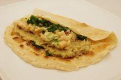 Kompletní talíř: celozrnná palačinka z obilovin, luštěninová pomazánka, tepelně upravená zeleniny