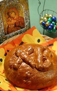 """Kulitsa (кулич) on perinteinen venäläinen pashan kanssa syötävä pullaa muistuttava leivonnainen, joka on joko pienempi, pyöreä tornimainen leivos (kuten runebergintorttu), tai isompi """"pulla"""", kuten kuvassa. Hyviä vinkkejä onnistuneeseen kulitsaan löytyy täältä: http://olotila.yle.fi/ruoka/jalkiruoat/kulitsa-andreaan-risti. Kulitsa voidaan koristella kuorrutuksella, manteleilla ja pähkinöillä, tai kirjaimilla XB, jotka tarkoittavat 'Kristus on ylösnoussut', Христос Воскрес (Hristos Voskres)."""