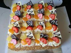 16 gebakjes uit een vierkante slagroomtaart