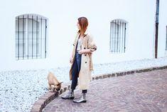 Ein Outfit mit Schlangenprint Boots, Streifen Body und High-Waist Jeans findet ihr jetzt online!