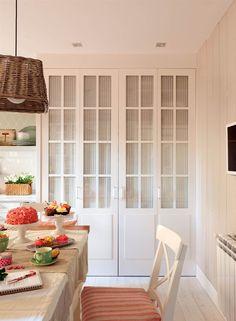 00376948. Armario de la limpieza en la cocina, con las puertas cerradas_00376948