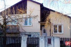 Ponúkame na predaj tehlový rodinný dom v obci Holice, v katastrálnom území Kostolná Gala, 11 km od Dunajskej Stredy, 15 km od Šamorína, 38 km od Bratislavy. Dom bol postavený v roku 1982, je zrekonštruovaný (plastové okná, nové rozvody, radiátory), je zateplený. Zastavaná plocha domu je 150 m2, dom je celý podpivničený. Na zvýšenom prízemí sa nachádza predsieň, kuchyňa s jedálňou, ktorá je prepojená s obývačkou, na polposchodí sa nachádzajú 3 nepriechodné izby, kúpeľňa a WC. V suteréne domu…