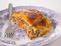 Perinteinen kreikkalainen moussaka valmistetaan munakoisosta, tomaateista ja jauhelihasta, joskus siihen käytetään myös perunaa. Ruoka maustetaan sipulilla, yrteillä ja mausteilla ja koko komeus kruunataan valkokastikkeella. Tässä versiossa munakoiso on korvattu kesäkurpitsalla. Zucchini, Food And Drink, Healthy Eating, Cooking Recipes, Yummy Food, Dinner, Baking, Vegetables, Drinks