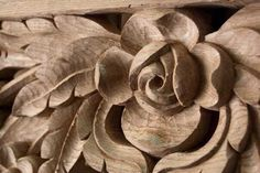 Rose carved in oak wood Wood Carving Designs, Wood Carving Patterns, Wood Carving Art, Wooden Roses, Wood Flowers, Reclaimed Wood Wall Art, Wood Art, Iron Gate Design, Chip Carving
