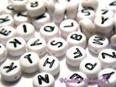 100x Buchstabenperlen aus Acryl  Buchstaben: A-Z (englisches Alphabet) Größe: ca. 7 mm x 4 mm Loch: 1 mm (seitlich) Form: rund Farben: Weiß mit schwarzen Buchstaben Stückzahl in Packung: 100...