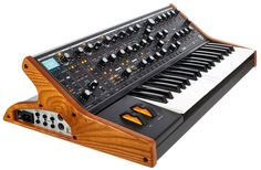 Synthétiseur analogique 37 touches avec vélocité et aftertouch, Modes monophonique et duo-paraphonique, Arpégiateur, Séquenceur à pas, 256 préréglages, 40 potentiomètres, 74 boutons, Affichage LCD, Filtre Classic Moog, Feedback, 2 bus de...