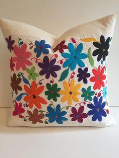 cubierta de la almohadilla de otomí de la mexicana flor boho Embroidery Needles, Embroidery Hoop Art, Embroidery Patterns, Mexican Colors, Mexican Flowers, Mexican Embroidery, Mexican Designs, Mexican Folk Art, Crochet Flowers