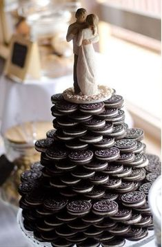 Oreo cookie favors unite America's favorite cookie with wedding bliss. However elaborate or simple the design, it is a beautiful way to celebrate the joy of the occasion with Oreo cookies. Oreo Wedding Cake, Wedding Cookies, Wedding Favors, Wedding Ideas, Cookie Favors, Cake Toppings, Oreo Cookies, Bridal, Oreos