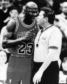 Former NBA ref Bob Delaney getting a ferocious earful from Michael Jordan. Michael Jordan Basketball, Jordan 23, Sports Basketball, Basketball Players, Jeffrey Jordan, Sport Nutrition, Like Mike, Sport Icon, Sports Figures
