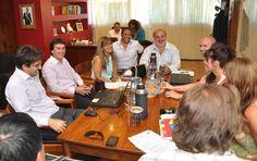 """ATECh analiza aceptar una pauta anual en tres cuotas http://www.ambitosur.com.ar/atech-analiza-aceptar-una-pauta-anual-en-tres-cuotas/ Al respecto, el ministro de Educación Rubén Zárate explicó que """"para nosotros es muy importante en términos de preservación de recursos financieros y mayor certeza del manejo presupuestario"""".    Este lunes tuvo lugar una nueva reunión en el marco de la paritaria desarrollada entre el Ministerio de Educación y la Asociación de"""