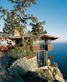 Originally built and designed by Richard Clements, the glass and wood clad Partington Point House in Big Sur, California was masterfully renovated in 1995 by green architect Mickey Muennig. Via @dwelling in the house Media #pin_it #architeture #arquitetura @mundodascasas www.mundodascasas.com.br