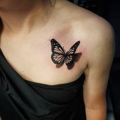 Tatuagem de borboleta 3D: 80 ideias para tattoos cheias de personalidade Girl Arm Tattoos, 3d Tattoos, Mini Tattoos, Unique Tattoos, Body Art Tattoos, Small Tattoos, Cool Tattoos, Monarch Butterfly Tattoo, Butterfly Tattoos For Women