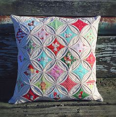 Cathedral Windows with the corners intact (not cut off with a seam allowance) - lovely little handmades: cathedral windows pillow tutorial Cathedral Window Patchwork, Cathedral Window Quilts, Cathedral Windows, Quilting Tutorials, Quilting Projects, Sewing Projects, Patchwork Pillow, Quilted Pillow, Pillow Tutorial
