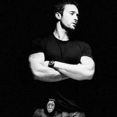 Check out the Gun Show. Seriously could this man be any hotter. *Swoon* ;) #H50 #AlexOloughlin