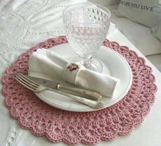 The crochet Sousplat is a piece that serves to complement the decoration of the dining table with sophistication, beauty and elegance. Crochet Towel, Love Crochet, Easy Crochet, Knit Crochet, Crochet Chart, Beautiful Crochet, Crochet Placemats, Crochet Doilies, Pink Placemats