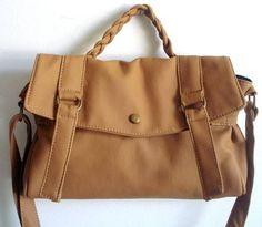 Bolsa em couro ecológico, forrada ,com alça de mão trançada e ala transpassada. <br>Bolso com zíper externo. <br>Metais ouro velho qualidade Altero