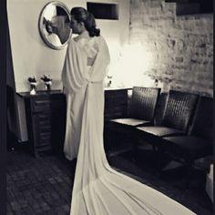 Una novia radiante y con personalidad. Diseño de Rafael García Forcada, calzado de Nuria Cobo, maquillaje y peluquería de Manu Luna. Asesoría, Luque Personal Shopper