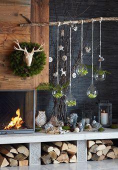 Weihnachtsdeko Idee: Kamin mit Holz, Sternen, Hirschen, Kranz und Kugeln.
