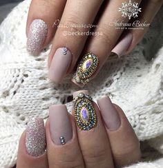 Unhas decoradas nude com joias são tendências na nail art e podem ser aplicadasem diversos modelos e desenhos, desde o mais discreto até mais ousados.