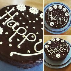 die Deko ist aus Fondant und  einfach mit Strängen geformt. Fondant, Birthday Cake, Desserts, Food, Sweet Cakes, Chocolate, Pies, Bakken, Simple