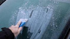 Det behøver slet ikke være så besværligt at få isen af ruden. Foto: Polfoto