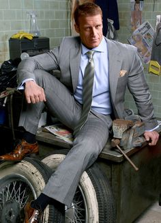 sniffing socks / oliendo calcetines Homme En Costume, Hommes En Uniforme, Costume Cravate, Costard, Beaux Gosses, Gars, Vêtements Homme, Vetements, Mark Valley