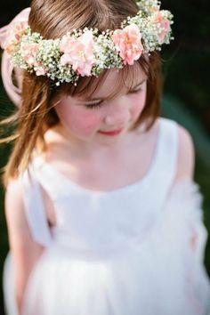 una corona de flores para el pelo Fotograf�a muchachita por http://richelledante.com, dise�o floral por http://sugarandfluff.com