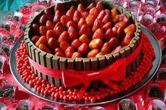 Confira o passo-a-passo para preparar um bolo Kit Kat de morango de dar água na boca! As crianças vão amar!