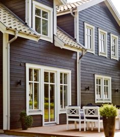 Dark siding and white windows and trim. White Exterior Houses, House Paint Exterior, Exterior House Colors, Exterior Design, Norwegian House, Swedish House, German Houses, Nordic Home, Wooden House