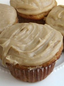 These low calorie Skinny Mom, Skinny Pumpkin Cupcakes with Pumpkin Cream Cheese Frosting! Use gf cake mix ; Frosting Recipes, Cupcake Recipes, Cupcake Cakes, Dessert Recipes, Dessert Ideas, Sugar Frosting, Caramel Frosting, Cupcake Ideas, Dinner Recipes