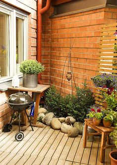 Small terrace garden with nice idea for wall to hang flowers on